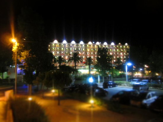 Hotel Cala Galdana & Villas d'Aljandar: Night time view of hotel