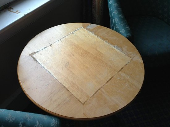 Carnoustie Golf Course Hotel: Table needs to be replaced