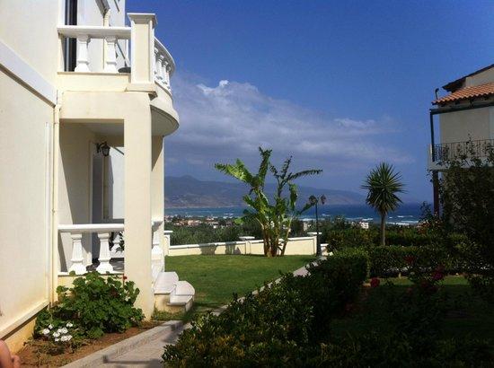 Antilia Apartments: Weg zum Pool
