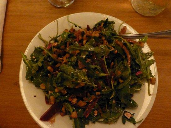 Salt Shaker Deli: Salat mit Rucola, roter Beete und Walnüssen - size small! Super lecker
