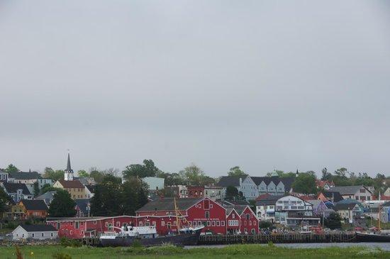 Big Red's Family Restaurant: Blick auf Lunenburg. Das Big Red's liegt rechts von den roten Holzhäusern