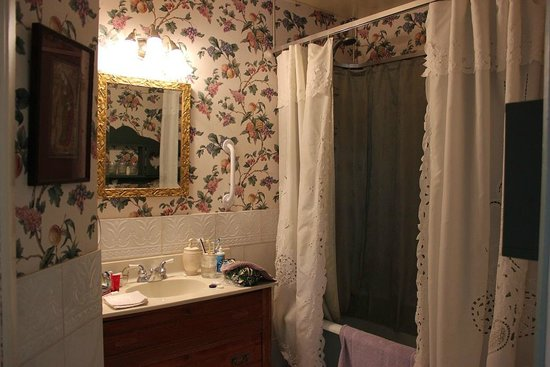 Elmwood Heritage Inn: bathroom in our suite.