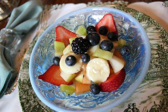 Elmwood Heritage Inn: fruit bowl, like starter of bf.
