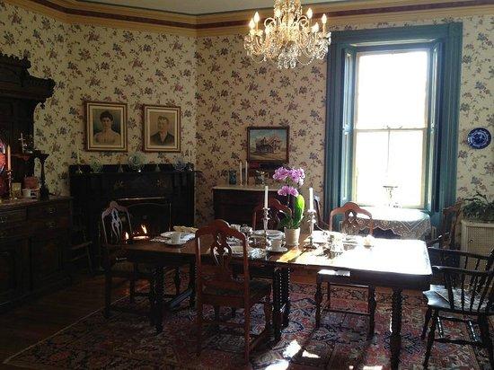Elmwood Heritage Inn: lovely dining room.