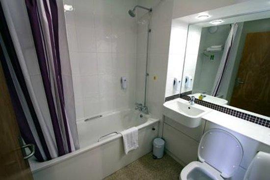Premier Inn Stratford Upon Avon Waterways Hotel: Bathroom