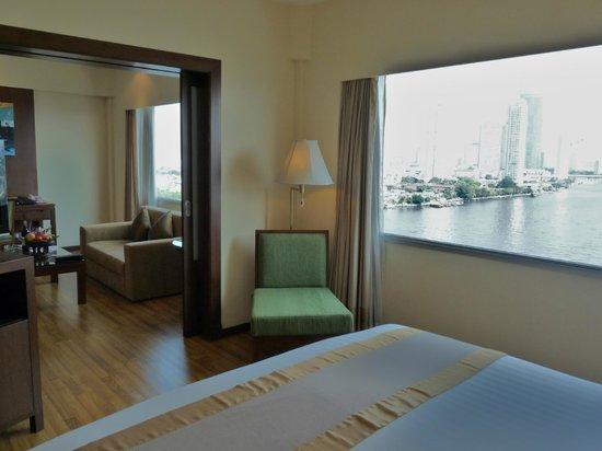 Ramada Plaza Bangkok Menam Riverside: View from Bedroom to lounge
