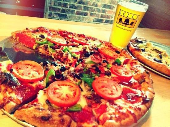 Tomato Bar Pizza Bakery: Fantastically topped pizzas!
