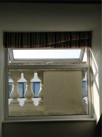 New Continental Hotel: finestrina della stanza