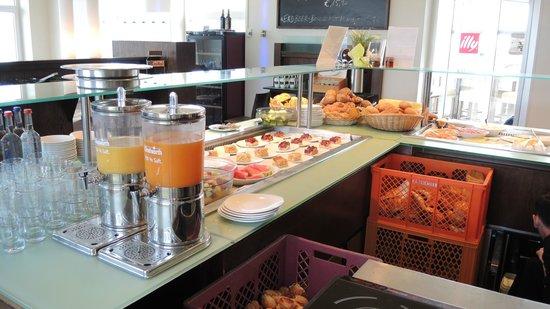 """Leuchtfeuer Cafe: Sauber und ordentlich - das Buffet von """"hinten"""""""
