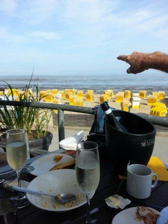 Leuchtfeuer Cafe: Traumhafter Blick vom Frühstücks-Tisch auf der Terrasse auf die Nordsee und zur Insel Neuwerk