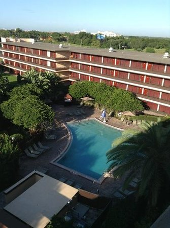 Rosen Inn at Pointe Orlando: view off pool