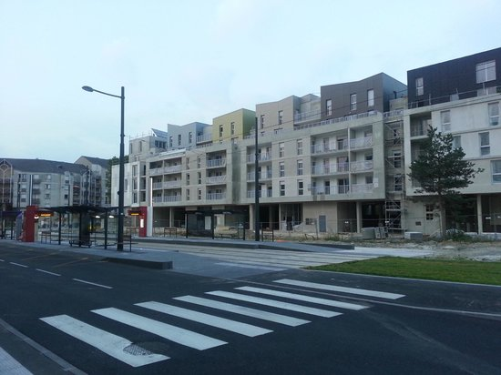 Brit Hotel Tours Sud - Le Cheops: Neighborhood is mix of aparments and small older houses