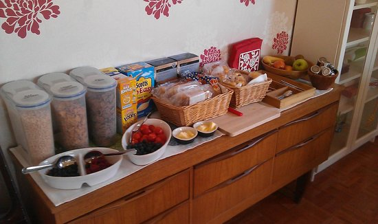 Elemdee Bed & Breakfast: Typical breakfast selection - cereals, breads, pastries, berries, butter, jams