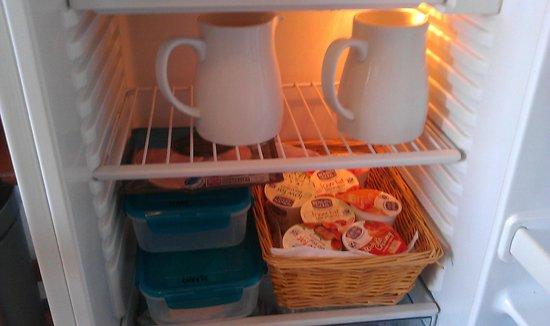 Elemdee Bed & Breakfast: Typical chilled breakfast selection - fruit juice, milk, cheese, ham, yoghurts