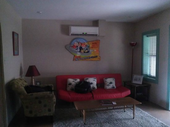 Blackstone Hotsprings Lodging & Baths: comfy jetsons living room
