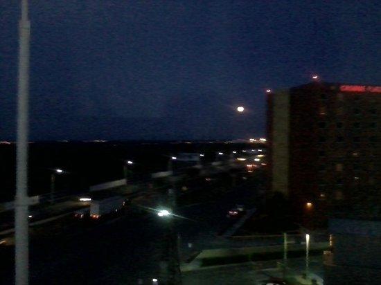 Best Western Premier Monterrey Aeropuerto: View from room 624 at night.
