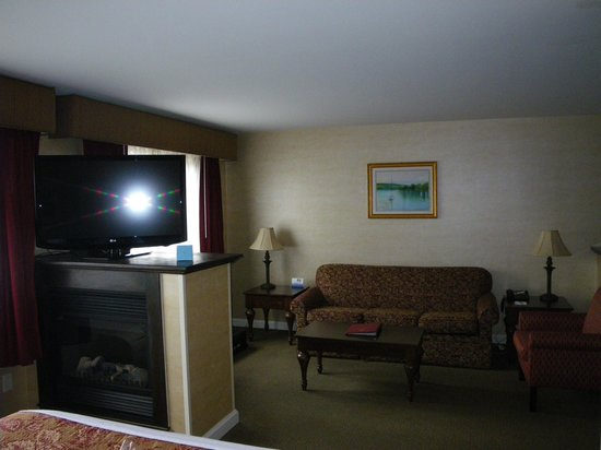 BEST WESTERN PLUS Vineyard Inn & Suites: Living room area in Presidential suite