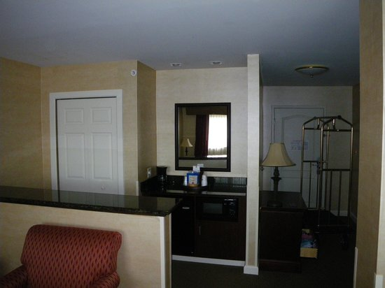 Best Western Plus Vineyard Inn & Suites : Microwave and Fridge