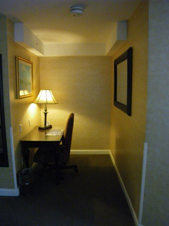 Best Western Plus Vineyard Inn & Suites : Desk area