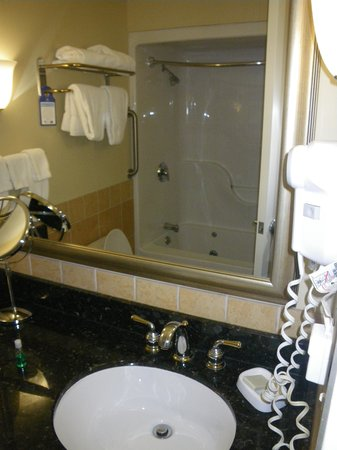 Best Western Plus Vineyard Inn & Suites : Small bathroom