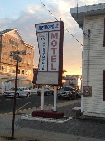 Metropole Motel & Apartments: Retro Sign - So Cool!