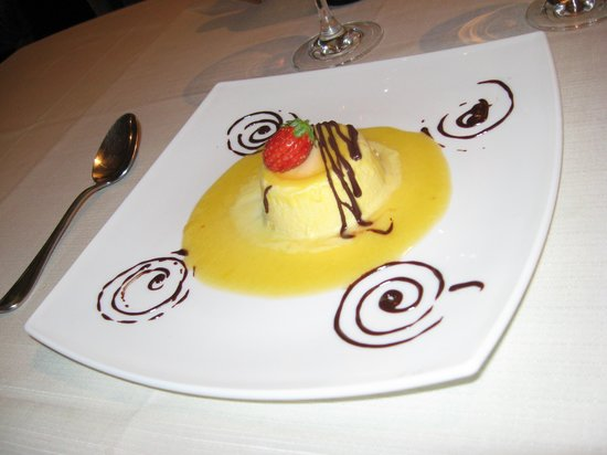 Osteria dei Pazzi: souffle glacé chocolat blanc sauce peche