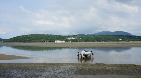 Estuary Cottage Bed and Breakfast: Portmeirion and beach