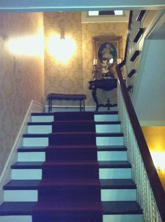 Antiquities' Wellington Inn : Stairs leading to second floor