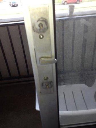 Americas Best Value Inn: Broken handle on patio door with screws uncovered.
