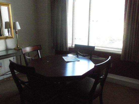 Virginian Suites Arlington: dining area in room
