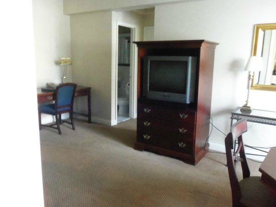 Virginian Suites Arlington: Living room area