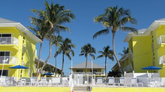 Sandpiper Gulf Resort: Sicht vom Strand aufs Hotel