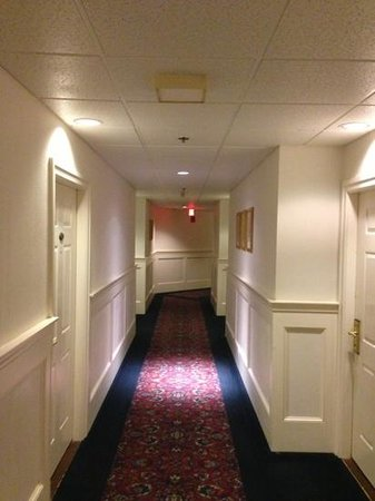 The Simsbury Inn: Hallway