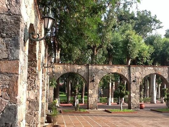 Mision San Gil: vista desde la alberca a alguno de los jardines Misión San Gil