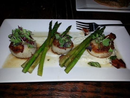 The Rustic Lounge at Cedar Glen Lodge: Scallops that melt in your mouth!!!!