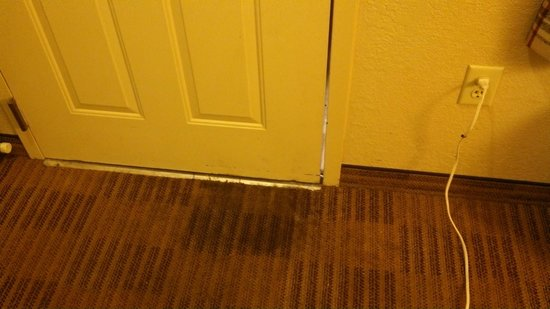 Extended Stay America - Newport News - Oyster Point : Door that doesn't fit very well.