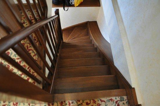 Hotel Croix Blanche : Narrow circular staircase