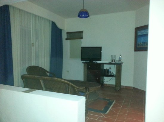 Playa Azul Golf, Scuba, Spa: Room was really big.. this was our sitting/tv area