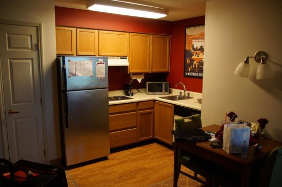Residence Inn Austin Northwest/Arboretum: View of the kitchen; fridge, microwave, stovetop, and dishwasher