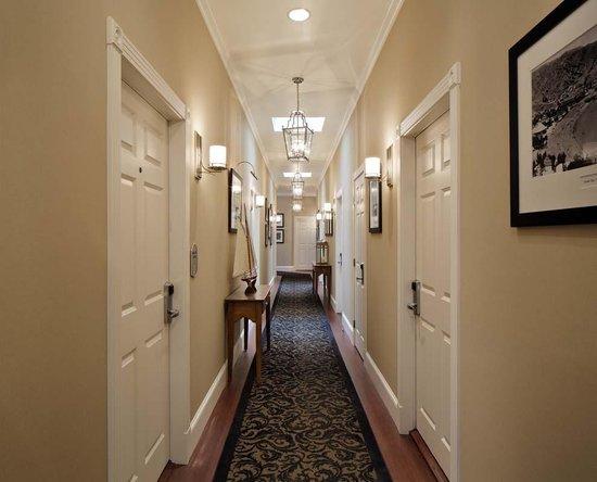 Snug Harbor Inn: Hallway