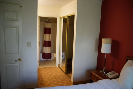 Residence Inn Austin Northwest/Arboretum : View from the 1-bedroom suite into the washroom