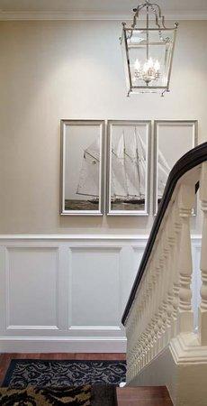 Snug Harbor Inn: Staircase
