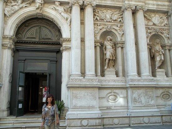 Chiesa di Santa Maria del Giglio (Zobenigo): La puerta principal con dos de sus estatuas