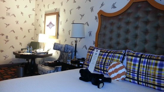 Great room decor picture of kimpton hotel monaco for Kimpton hotel decor