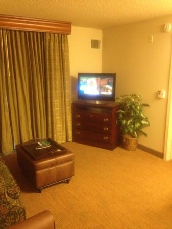 Homewood Suites St. Louis Chesterfield: part of the living room