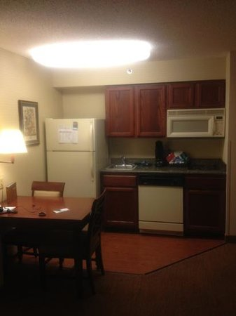 Homewood Suites St. Louis Chesterfield: the kitchen