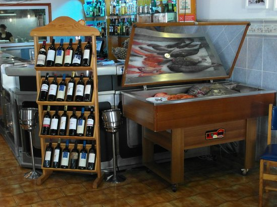 A Traineira Restaurante e Cervejaria: Reception area with fish of the day on ice