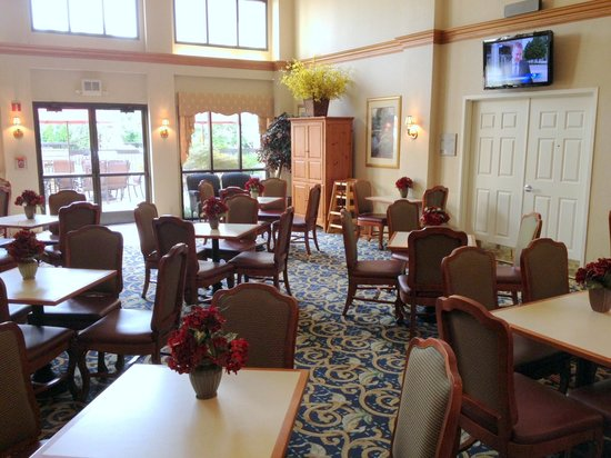 Homewood Suites by Hilton Dayton-South : The dining area with the pool just outside