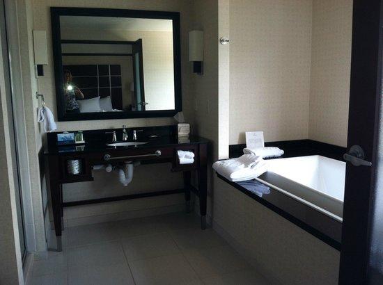 Hilton Asheville Biltmore Park: Whirlpool Suite bathroom