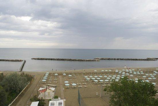 Hotel Merkury: Panoramic view over the beach from my balcony